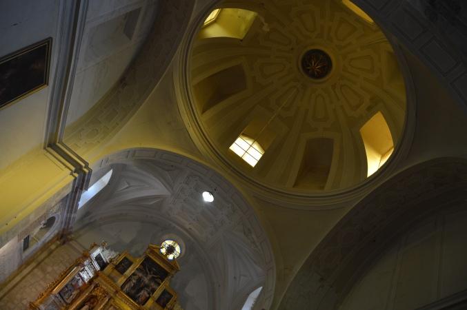 Altar and dome inside Monasterio de San Zoilo